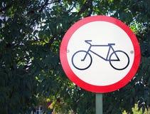 Szyldowy zabraniający ruchu cykliści w parku Zdjęcia Royalty Free