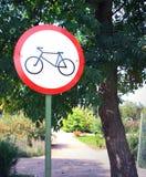 Szyldowy zabraniający ruchu cykliści w parku Lokalizować u Zdjęcie Stock