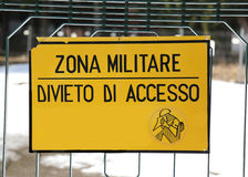 Szyldowy zakaz na zewnątrz militarnego terenu z włoskim tekstem MILITAR Fotografia Royalty Free