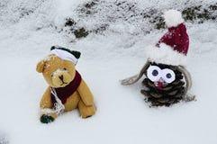 Szyszkowa zabawka i śliczny miś pluszowy w śniegu Zdjęcie Stock