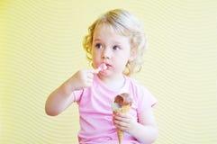 szyszkowy jeść kremowy dziewczyny lodu Obraz Stock
