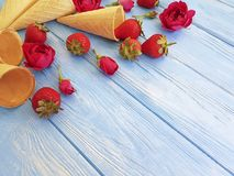 Szyszkowy wafflefor lody, truskawka, deserowego orzeźwienie wzoru kwiatu kreatywnie różany wzór na błękicie drewnianym Fotografia Stock
