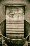 Tábua de lavar de madeira velha na cubeta do zinco fotografia de stock