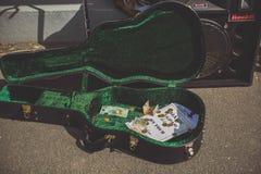 TÁMESIS - 17 DE AGOSTO: Caja de la guitarra que pertenece al músico local Mark Fotos de archivo libres de regalías