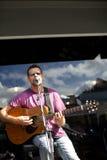 TÁMESIS - 17 DE AGOSTO: Juegos de Mark Taipari del músico local en el Tha Fotos de archivo libres de regalías