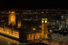 Támesis iluminado por Big Ben imagen de archivo