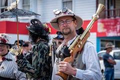 Támesis, Waikato - 10 de noviembre: Desfile punky del vapor el 10 de noviembre de 2018 en la calle principal del Támesis en Nueva imagen de archivo