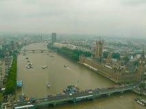 Támesis y el parlamento en niebla Imágenes de archivo libres de regalías
