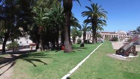 Tánger, Marruecos - 22 de abril de 2016: Jardines del La Mendoubia y cañones, monumento y palmeras metrajes