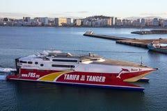 TÁNGER, MARRUECOS - 6 DE AGOSTO DE 2016: Barco de pasaje en el mar po de Tánger foto de archivo libre de regalías