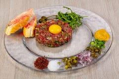 Tártaro da carne com pão imagem de stock