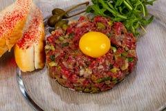 Tártaro da carne com pão imagens de stock