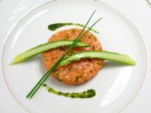 Tártaro de color salmón con el espárrago imagen de archivo