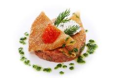 Tártaro do salmão fumado com queijo creme picante, aipo e vermelho Fotos de Stock Royalty Free