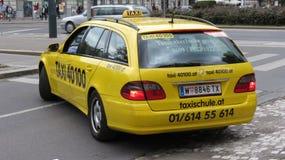 Táxi amarelo em Viena Fotos de Stock Royalty Free