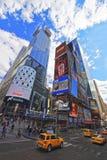 Táxi amarelo na 7os avenida e Broadway no Times Square Foto de Stock