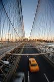Táxi amarelo na ponte de Brooklyn Fotos de Stock