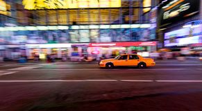 Táxi amarelo que move-se rapidamente Imagens de Stock