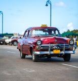 Táxi americano do Oldtimer de Cuba na estrada principal em Havana Foto de Stock Royalty Free