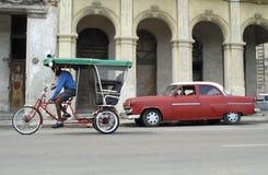 Táxi americano velho do carro e da bicicleta Fotos de Stock Royalty Free