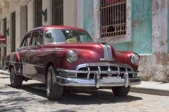 Táxi americano vermelho em Cuba Fotos de Stock Royalty Free