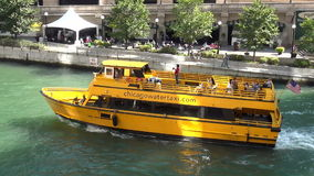Táxi da água em Chicago River - cidade de Chicago video estoque