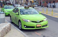 Táxi da cidade do verde cinco em New York City foto de stock royalty free
