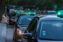 Táxi de Paris na noite Imagens de Stock