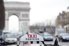 Táxi de Paris pelo Arc de Triomphe Foto de Stock Royalty Free