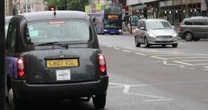 Táxi de táxi preto de TX4 Londres estacionado na rua vídeos de arquivo