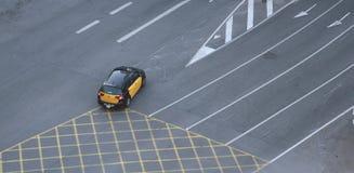 Táxi de táxi que cruza pistas vazias em Barcelona fotos de stock