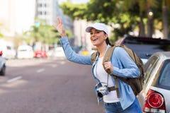 Táxi de saudação do turista imagem de stock royalty free