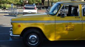Táxi de táxi amarelo estacionado imagens de stock royalty free