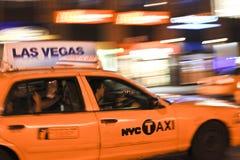 Táxi de táxi que apressa-se através da cidade fotografia de stock