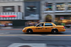 Táxi de táxi que apressa-se através da cidade Fotos de Stock