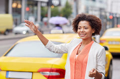 Táxi de travamento da mulher africana feliz Foto de Stock Royalty Free