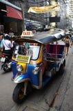 Táxi de Tuk Tuk na rua em Banguecoque Fotos de Stock