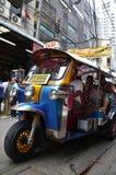 Táxi de Tuk Tuk na rua em Banguecoque Fotos de Stock Royalty Free