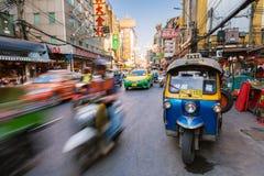 Táxi de Tuk-tuk no bairro chinês, Banguecoque, Tailândia Foto de Stock