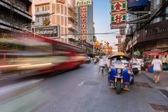 Táxi de Tuk-tuk no bairro chinês, Banguecoque, Tailândia Fotos de Stock