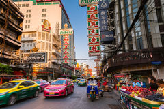 Táxi de Tuk-tuk no bairro chinês, Banguecoque, Tailândia Imagens de Stock