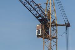 Táxi de um guindaste de construção contra um céu azul foto de stock