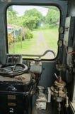 Táxi de uma locomotiva velha com uma vista através da janela dianteira imagem de stock