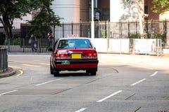 Táxi de táxi vermelho e branco das cores, símbolo da HK, na estrada de Hollywood perto do distrito macilento da central e do Sheu imagens de stock royalty free