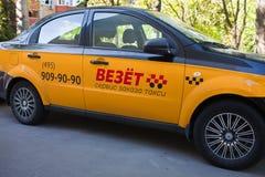 Táxi de Vezet na rua moscow agosto, 11, 2018 imagens de stock royalty free