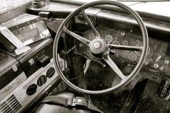 Táxi do ônibus escolar do vintage com volante Imagens de Stock