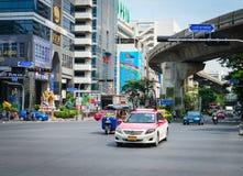 Táxi e tuk-tuk tradicional na rua de Banguecoque Fotografia de Stock