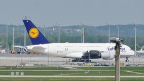 Táxi fazendo plano de Lufthansa A380 na pista de decolagem, close-up