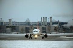 Táxi fazendo plano no aeroporto de Munich, MUC fotos de stock