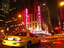 Táxi fora do auditório de rádio da cidade Fotos de Stock